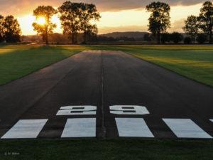 Der malerische Eindruck trügt. Die Startbahn auf unserem Modellflugplatz in Neuburg nutzen Piloten des Vereins und auch viele Gast Piloten für ihre vielfältigen Modell-Luftfahrzeuge. Ihre teils einzigartigen Modelle können über ein weitläufiges und übersichtliches Gelände gesteuert werden.