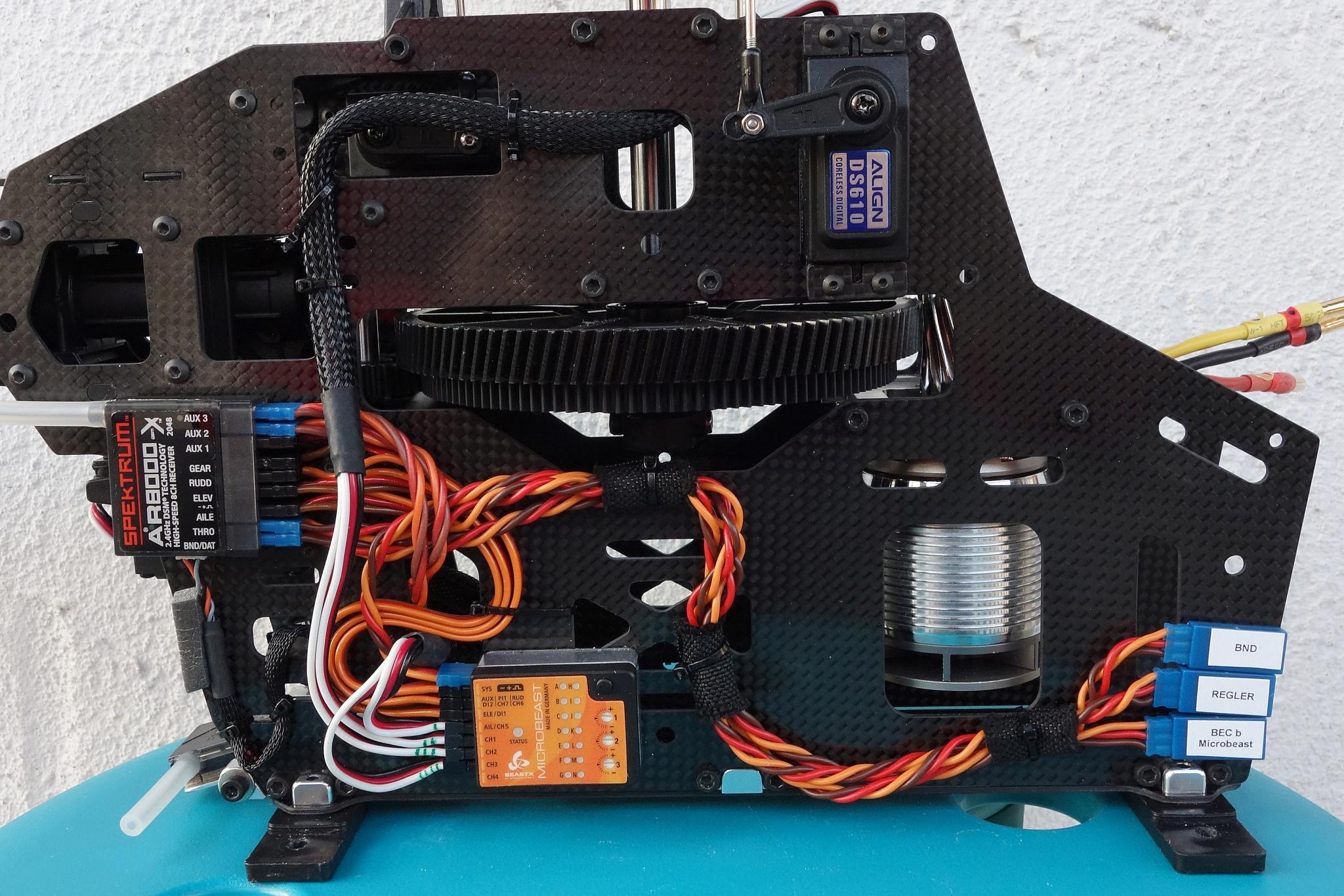 Kabel an / in der Mechanik verlegt