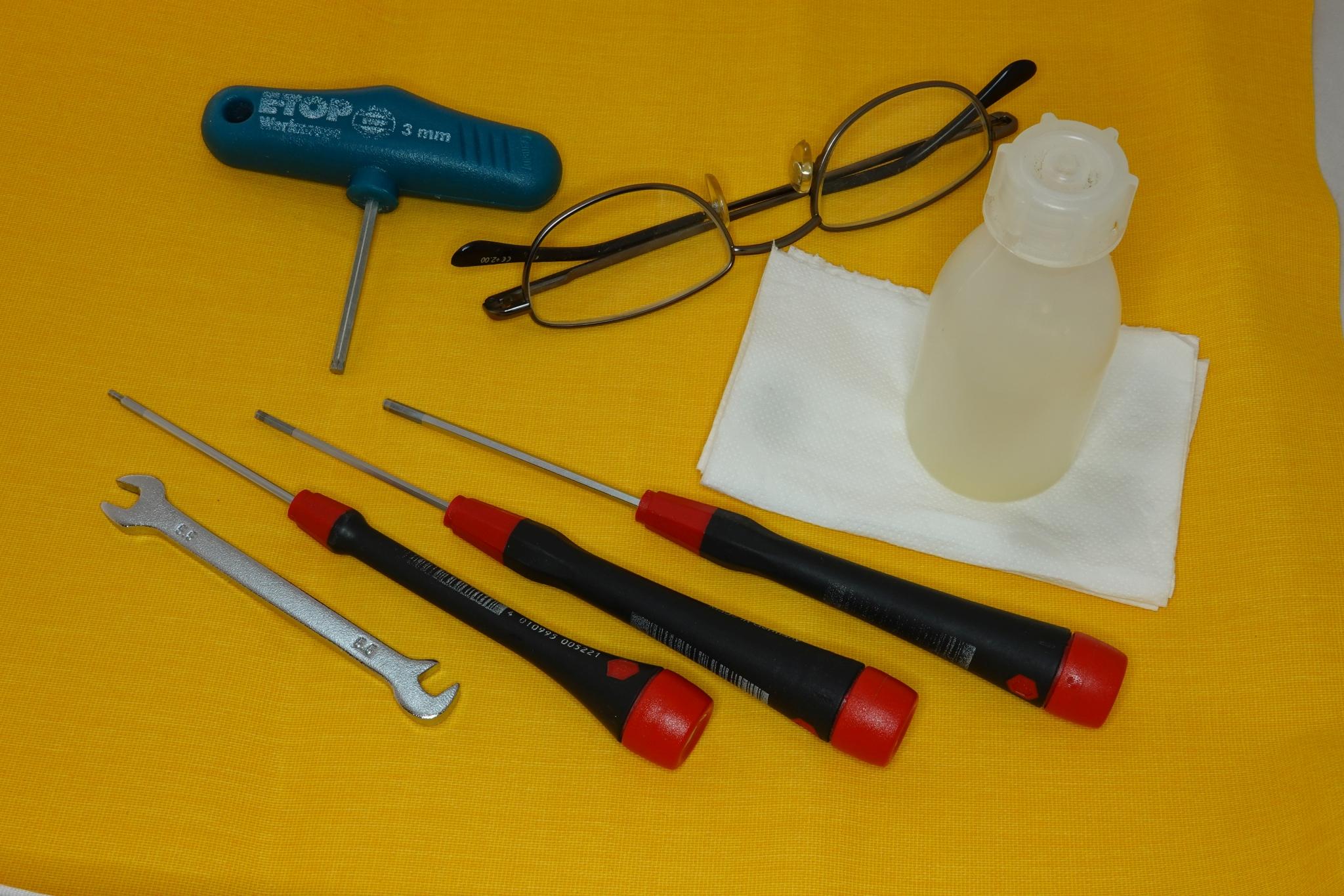 Zusätzliche Werkzeuge in den Seitentaschen der Flugfeldtasche