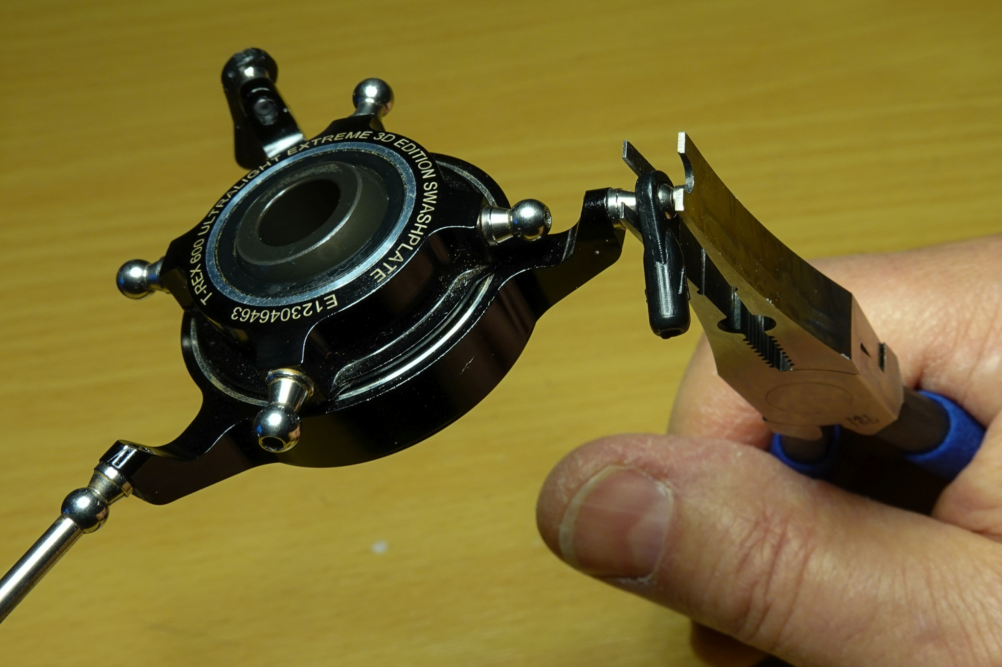 Kugelkopfzange angesetzt zum Entfernen des Kugelgelenks